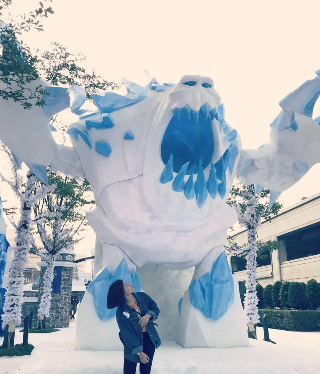 莫屬呀!這是一個全球首創、世界唯一由台灣華特迪士尼授權指導,美國迪士尼冰雪奇緣動畫團隊跨海指導,歷經2年策劃的活動,終於要展現在101水舞廣場了~  (圖/http://www.disney.com.tw/) 超逼真ELSA呈現在眼前真的太令人驚艷了!  (圖/Instagram@xxzyxxzy) 800坪的展區當中不只販賣上千個品項的迪士尼授權商品,還有六大亮點:5米高的巨大雪怪、12米高耶誕樹、90坪英國直送的戶外溜冰場、DIY手作活動、明信片寄件服務以及小鎮市集,要的就是把電影場景搬入現實,讓你感